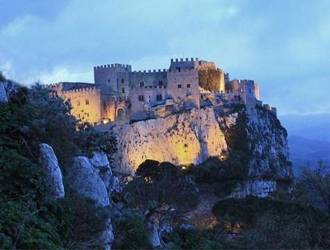 Caccamo, in provincia di Palermo, possiede un impianto urbanistico medievale dalla struttura viaria duecentesca e uno dei castelli più grandi e più belli della Sicilia. http://www.marcopolo.tv/sud/caccamo-guida-sicilia