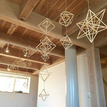 フィンランドの伝統的な装飾品である「ヒンメリ」は、藁に糸を通して多面体を作り、家族の幸せや豊穣を祈って天井から吊るします。別名「光のモビール」とも呼ばれていて、最近では日本でも大人気です。