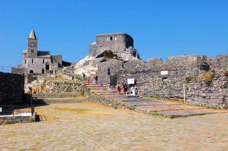 要塞のようなつくりをしたサン・ピエトロ教会は、ポルトヴェーネレの絶景スポットとして知られます。