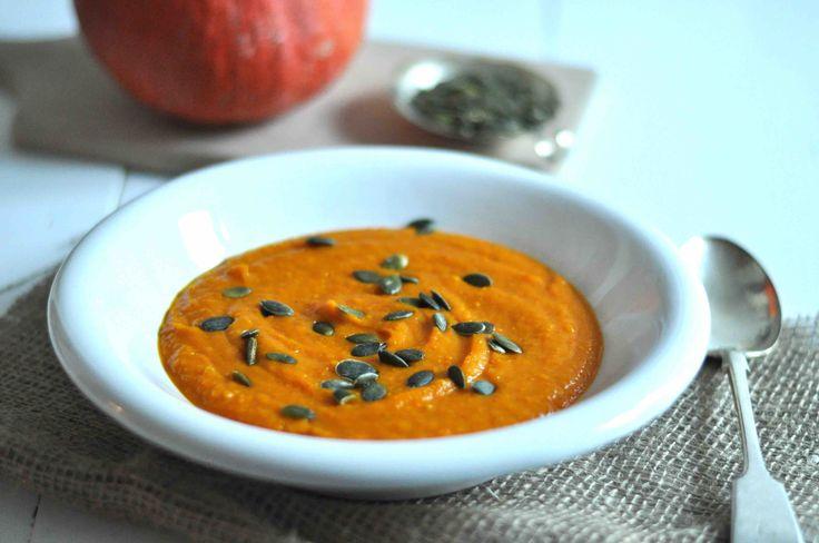 Schnelle Kürbissuppe - vegan, gesund, nährstoffreich und ohne lästiges Kürbis schneiden.
