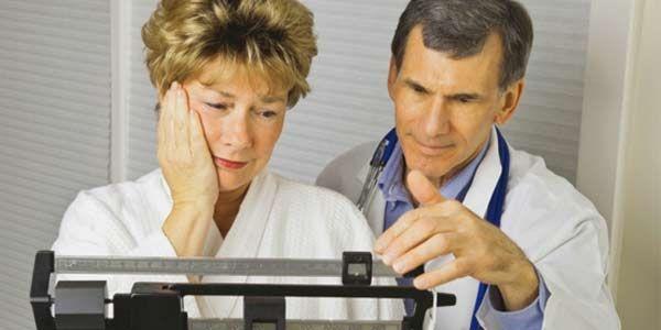 mujer mayor con un médico haciendo la dieta para la menopausia