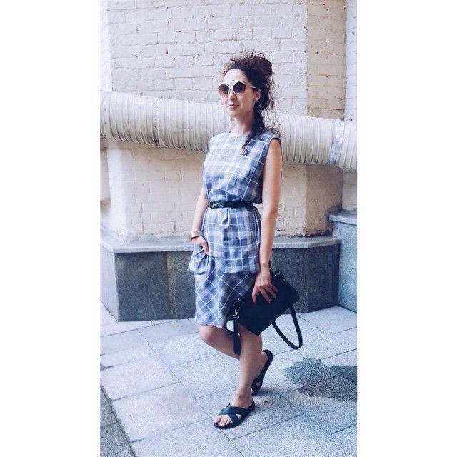 Свободное платье из тончайшего льна в клетку от Юлии Николаевой (линия гуманитарного платья), ремень и сумка-клатч @nim_design (натуральная кожа).