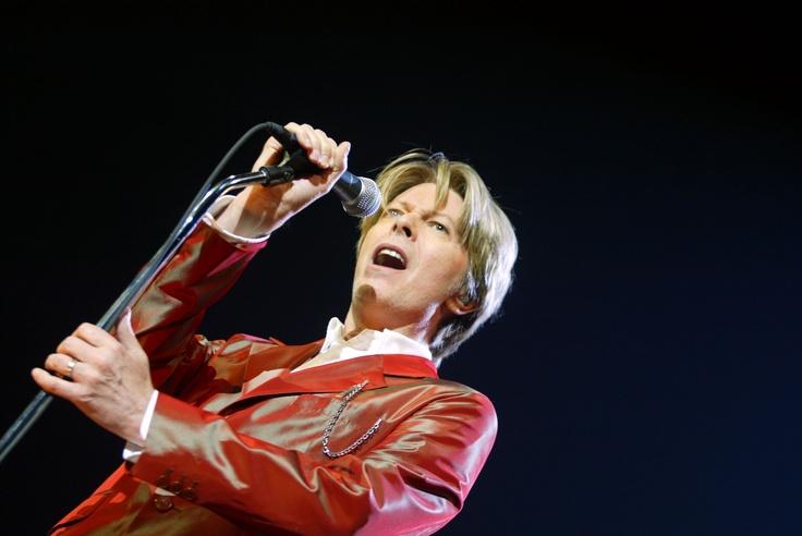 """El legendario ícono del rock británico, David Bowie, rompe el silencio musical de más de 10 años y anuncia, en el día de su cumpleaños, una nueva producción discográfica. Su nuevo material saldrá a la venta en marzo próximo, pero el primer sencillo del disco ya fue compartido por el mismo Bowie en su sitio web. La canción """"Where are We Now?"""" también está disponible para descargar en iTunes. (Foto: AFP)"""