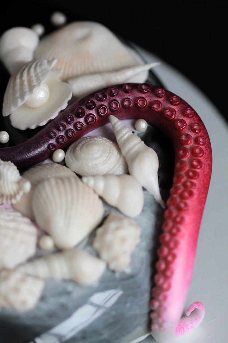 Чёрное море...Так захотелось...) Муссовый морской торт с зеркальной глазурью и шоколадным декором. Начинка клубника-лайм-мята: клубничное компоте;лаймовый крем;дакуаз с лаймом ;мятный баварский мусс. Black mousse cake with mirror glaze strawberry-lime-mint:strawberry compote;lime dacquoise;lime cremeux;mint Bavarian mousse.