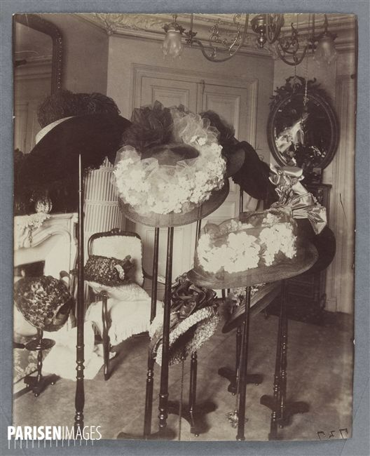Intérieurs parisiens. Salon de Mme C, modiste, place Saint-André-des-Arts . Paris (VIème arr.), 1910. Photographie de Jean-Eugène-Auguste Atget. Paris, musée Carnavalet.