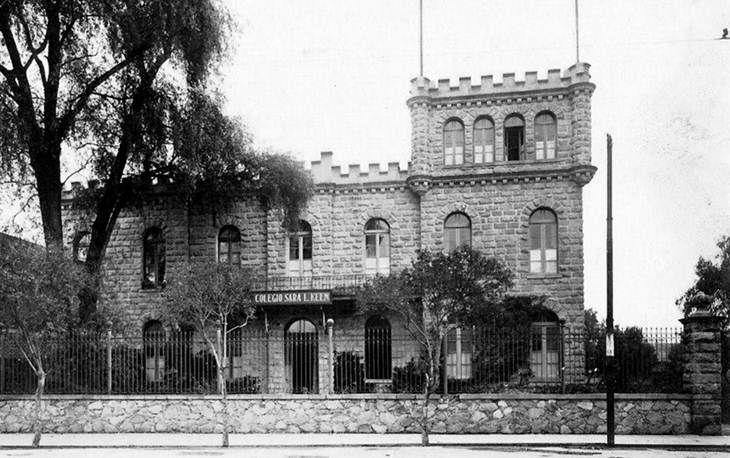 El edificio del colegio Sara L. Keen, ubicado en el número 76 de Serapio Rendón, antes Calle de la Industria, entre Antonio Caso y Gómez Farías, colonia San Rafael. La imagen es de las primeras décadas del siglo XX; hoy son las oficinas del Instituto Mexicano de la Juventud