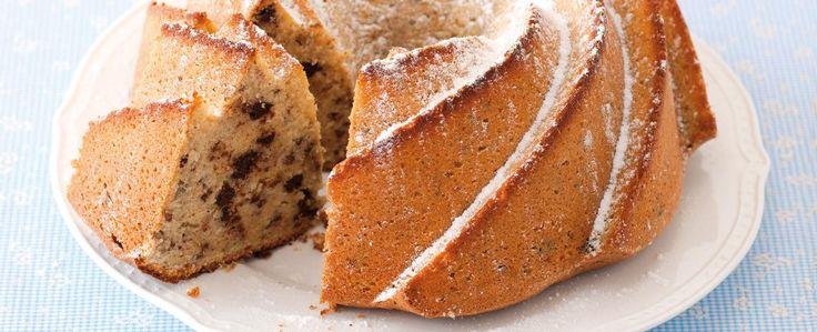 Máslo třete 8–10 minut se třtinovým cukrem a žloutky do světlé a nadýchané pěny. Poté přidejte smetanu. Opatrně promíchejte, vsypte ořechy s čokoládou...