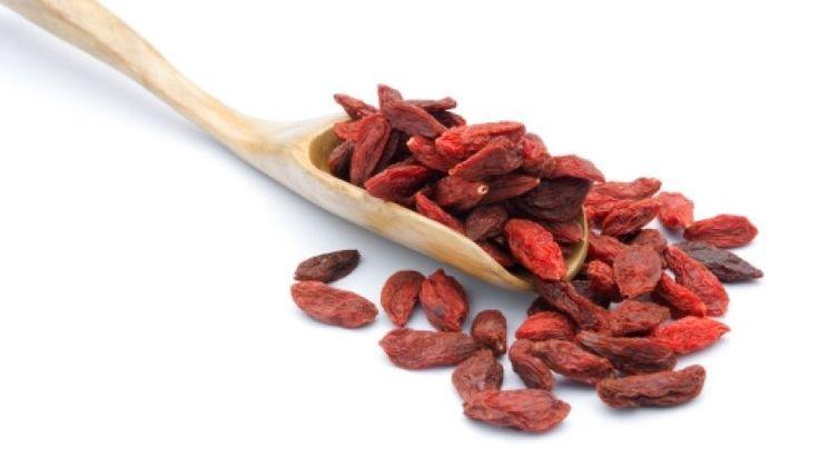 In Asien ist die Goji-Beere seit langem als Heilmittel bekannt. Auf das Antioxidantien-Konto zahlen rohe Früchte zwar nur 3300 ORAC-Einheiten ein. Weit höher liegt das Radikalfänger-Potential getrockneter Goji-, Acai- und Maqui-Beeren. Bei uns gibt es meist Trockenfrüchte oder Extrakte zu kaufen. Vergleiche zwischen Trocken- und Frischobst sind jedoch schwierig.