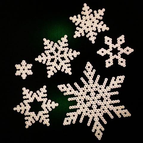 Ja vi hann med ett gäng till :) Så #kul #pyssel.. #pyssla #christmascrafting #snöflinga #snowflake #snow #snö #trend #julpyssel #pärlplatta  #pärla #pärlor #julkula #christmasball #christmas #snöflingor #snowflakes ☆