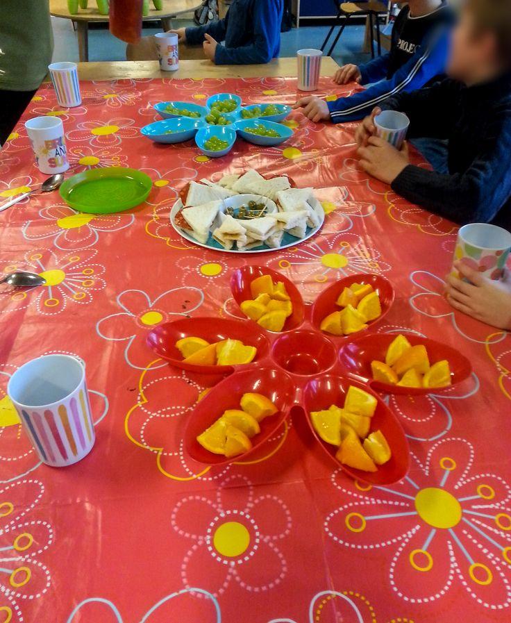 Spaanse tapas - Broodjes met chorizo (Spaanse salami) & eventueel olijven, broodjes met pindakaas voor de gene die dit niet lustten. Met stukjes sinaasappel en druiven.