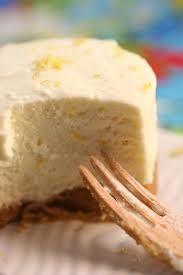 AMIGOS DO KEFIRCHEESE CAKE COM KEFIR Ingredientes 400ml de Cream-cheese de Kefir 1 colher de sopa de essencia de baunilha 1 colher de sopa de raspas de laranja 3 ovos 1 pacote de bolachas macias 100g de manteiga derretida na frigideira 1 lata de leite condensado meia xícara de creme de leite Modo de Fazer Bata no liquidificador as bolachas macias e despeje em uma tijela. Derreta a manteiga, esfrie e misture às bolachas. Mexa bem e use esta mistura para fazer o fundo da forma (aproximadamente…