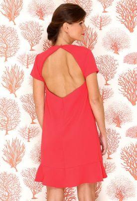 Vestido recto coral, con escote trasero diamante, mangas cortas. Vestido para dama de honor y invitada de matrimonio