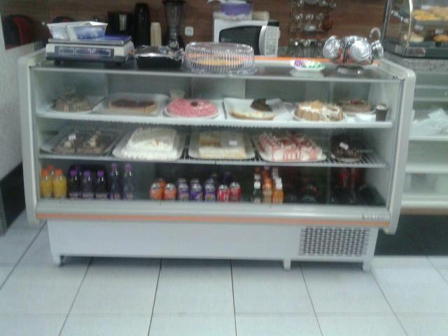Balcão refrigerado e uma geladeira gelo seco