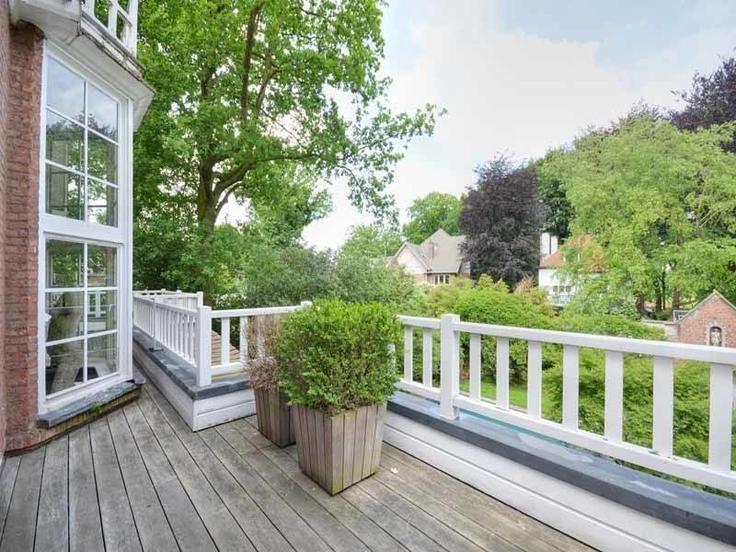 Te koop - Villa 6 slaapkamer(s)  - bewoonbare oppervlakte: 402 m2  - Deze ruime villa in Engelse cottage stijl bevindt zich in een uiterst residentiële wijk van het Nachtegalenpark, op een perceel van ca. 1.005m². Het p  - beveiligde toegang (alarm) - bouwjaar: 1919-01-01 00:00:00.0 4 bad(en) -     - met zwembad