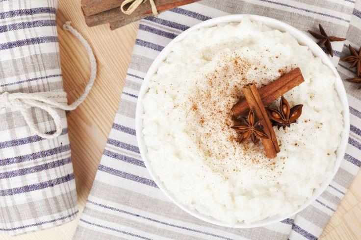 El arroz con leche es uno de los postres mexicanos más tradicionales, aunque algunos también acostumbramos consumirlo como bebida caliente.Aprende a prepararlo y dale un toque cítrico que te va a encantar.Preparación1. Coloca el arroz enuna cacerola conagua. Agrega larama de canela, ralladura de limón y sal.2.Calienta a fuego medio hasta que el agua comience a hervir, baja el fuego y tapa la cacerola. Deja que el arroz absorba la mayoría del líquido.