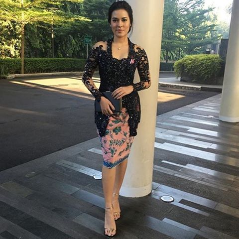 A knee-length #kain paired with a black lace #kebaya. If you're @raisa6690, you can dress any way you like. #kebayainspiration #Indonesia