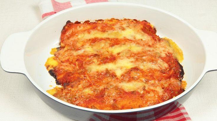 Ricetta Enchiladas de pollo: Frullate i pomodori pelati insieme al peperoncino, al coriandolo e al sale. Unite la panna acida e frullate nuovamente e mettete da parte. Mischiate il pollo, il formaggio cremoso, la cipolla e il sale. In una padella scaldate l