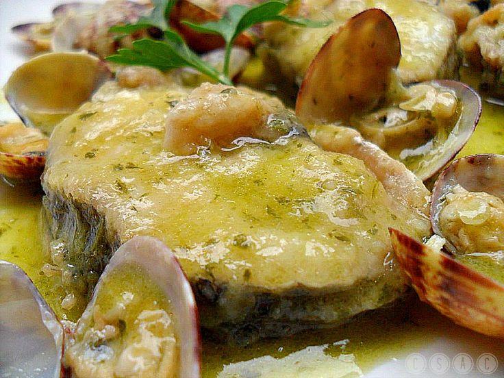 Merluza con almejas en salsa verde Conocida en Galicia con los nombres de pescada, merluza, peixota, pescadilla o carioca (según el tamaño),es uno de los pescados más cotizados de nuestro mercado, debido a la finura de su carne, que es blanda, suave y sabrosa.  Acepta un buen número de acompañamientos y distintos tipos de salsas que van desde la salsa verde hasta la mayonesa.#cocina #merluza #deleitar #paladar