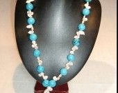 27) Collana con pietre di turchese (ø 16 mm) e perle Keshi d'acqua dolce. Chiusura t-bar argentata. Lunghezza: 83 cm.