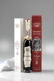 Een 5 jaar oude balsamico azijn genaamd Lucrezia  Een lijn van balsamico azijnen ambachtelijk vervaardigd door la Vecchia Dispensa. Deze balsamico azijn kent een lagere zuurgraad, nl. 5% i.p.v. 6%, waardoor ze toegankelijker is. La Vecchia Dispensa heeft aan de serie balsamico azijnen een vrouwennaam toegekend die ook in de familie voorkomt in combinatie met de leeftijd van de balsamico azijn. Zo staat dit product nog dichter bij een trotse producent.