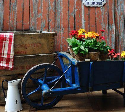 Carretto con fiori per il giardino