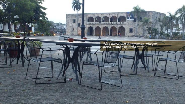 Bar frente al Alcázar de Colón en la Zona Colonial, primera estancia virreinal del nuevo mundo.