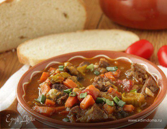 Говядина, тушеная с овощами в томатном соусе