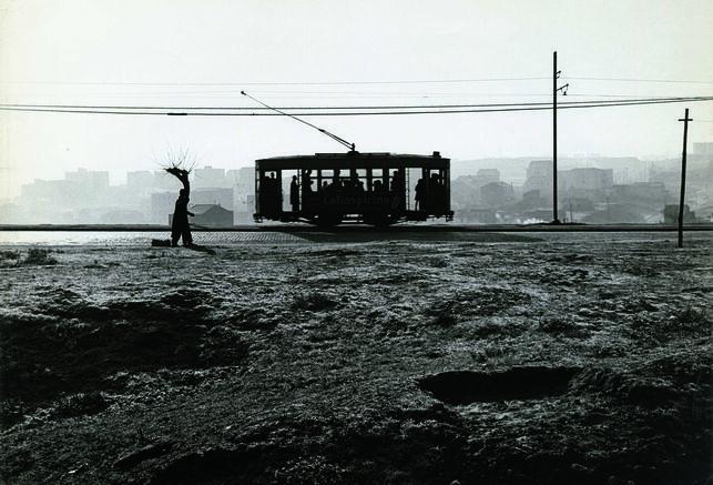 Tranvía en el paseo de Extremadura, Madrid, 1959 Gelatina de plata, copia posterior © Archivo Paco Gómez / Fundación Foto Colectania