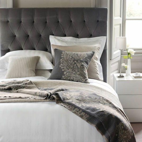 linge de lit en blanc et gris tete de lit capitonnee