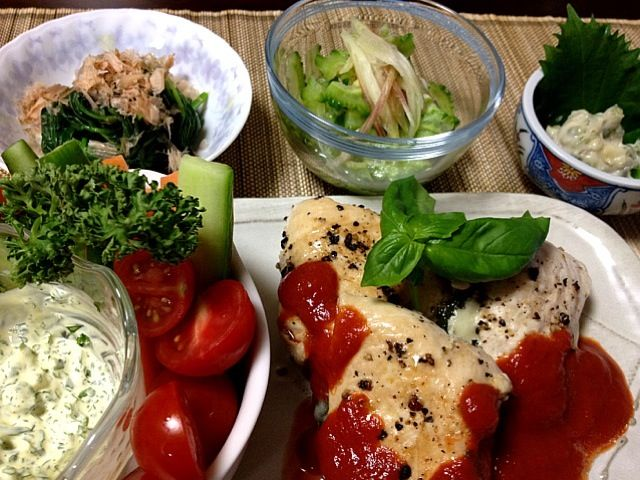 仕事の後にちょっとだけ手をかけたお料理を作ってみました(^◇^)今日も一日お疲れ様で~す♪( ´θ`)ノ - 113件のもぐもぐ - 鶏のささみモッツァレラと大葉巻きグリル・ゴーヤと茗荷の甘酢漬け・モロヘイヤ・わさび漬け・スティック野菜のバジル、パセリソース by Jun1Nakada