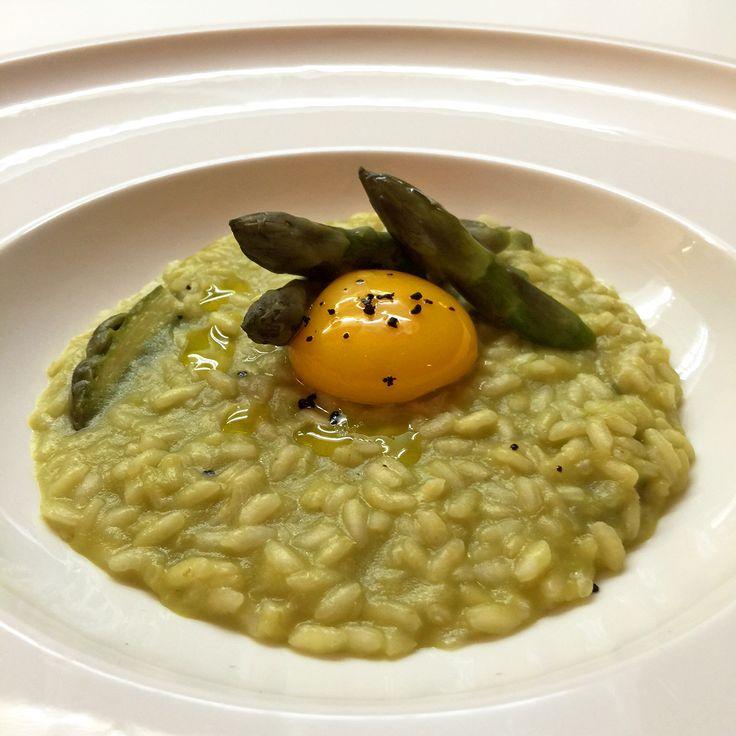#Risotto agli #asparagi con tuorlo d'uovo marinato alla #liquirizia #mangiaredadio #foodporn #vegetarian #recipe