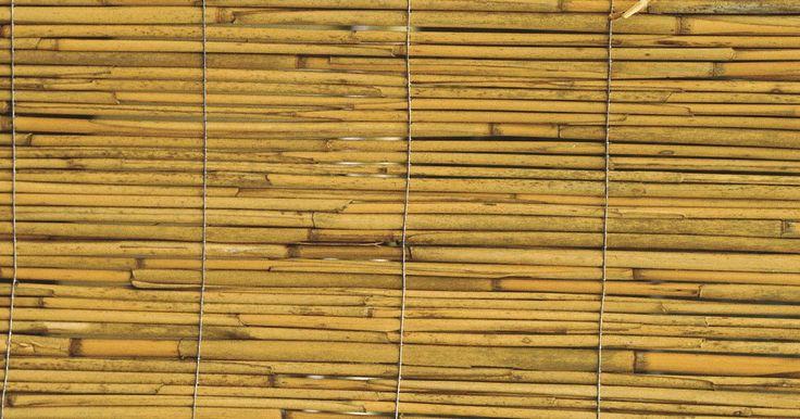 Cómo instalar persianas enrollables de bambú. Las cortinas enrollables de bambú, o persianas, pueden proporcionar sombra sin oscurecer completamente una habitación y crean un ambiente diferente al de persianas celulares o de listones. Así como muchas persianas de listones se instalan dentro del marco de la ventana, las cortinas enrollables de bambú se montan en la misma ubicación, básicamente ...