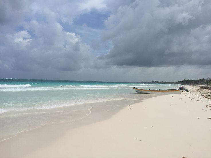 Tulum è bagnata dal Mar dei Caraibi, quindi le spiagge sono tipicamente di sabbia bianca, e l'oceano assume toni di azzurro a seconda della luce del sole che vi si riflette. Come è tipico del…