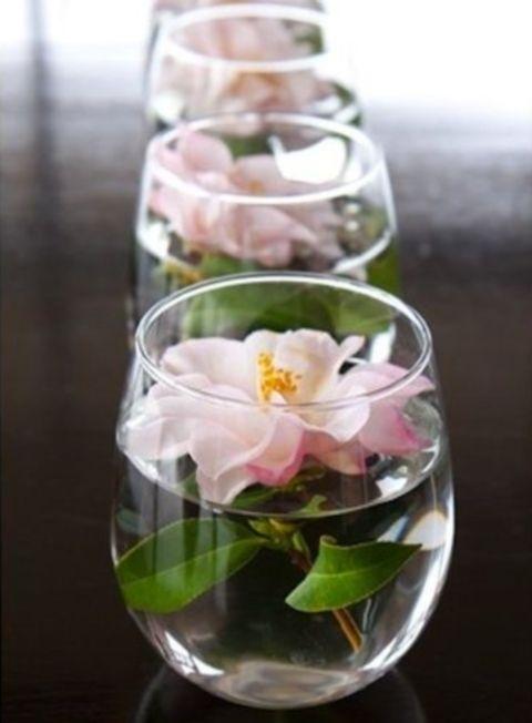 simpel maar leuk voor op de tafels, alleen dan een lichtblauwe bloem erin....