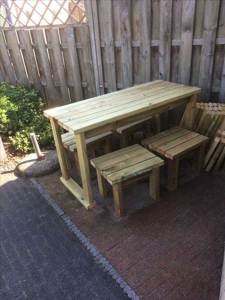 Picknicktafel van geïmpregneerd hout 4,5x9 cm samen gemaakt met Rick