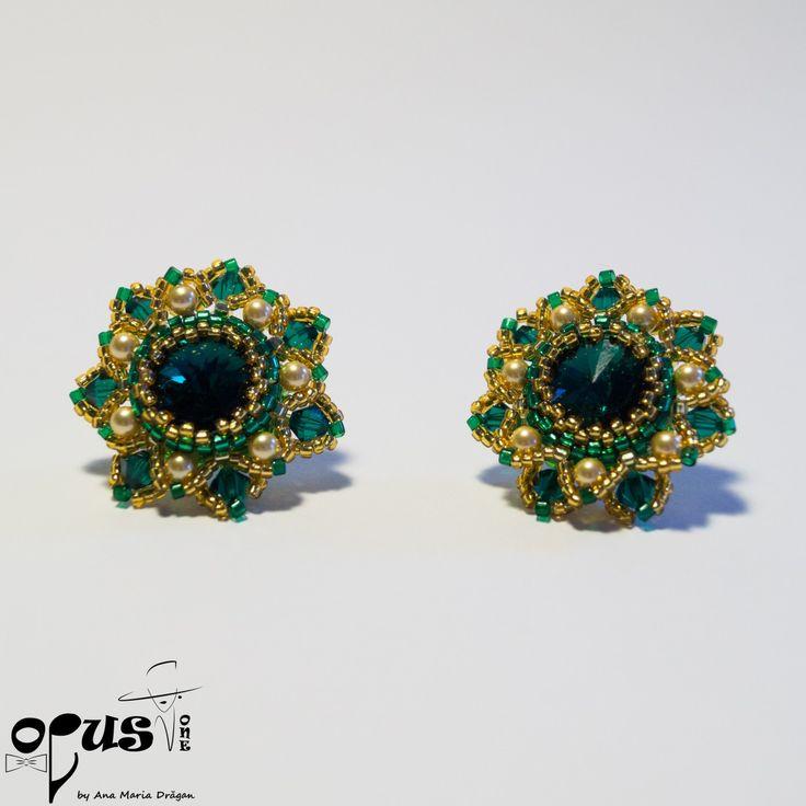 Cercei realizati din Cristale Swarovski si Perle Swarovski de 4 si 6 mm, Rivoli Swarovski 12 si 14 mm si margele miyuki. Cercei tortite suflate cu argint cu sistem de prindere de tip surub