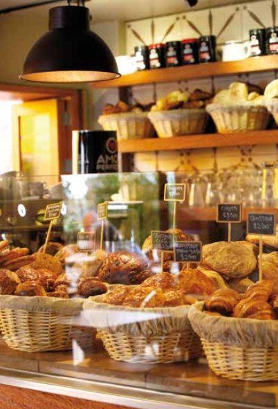 BROT: PLACER DE BARRIO  Brot comenzó como una panadería alemana que, con el tiempo, se adaptó al gusto local y hoy es una cafetería de barrio para clientes habituales, con gran variedad de panes artesanales y un espacio muy acogedor que estrena nueva imagen.   Calle 81 No. 7-93, Tel. 317 9100, Bogotá.