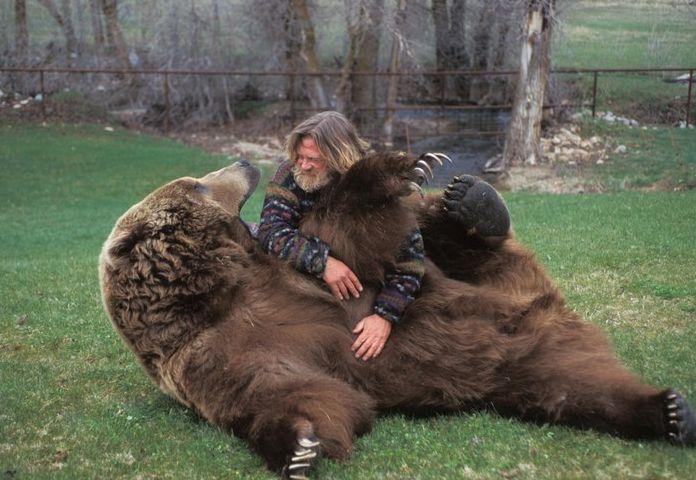 Bart the Bear and his trainer, Doug Seus.... I'M SO JEALOUS!!! -K