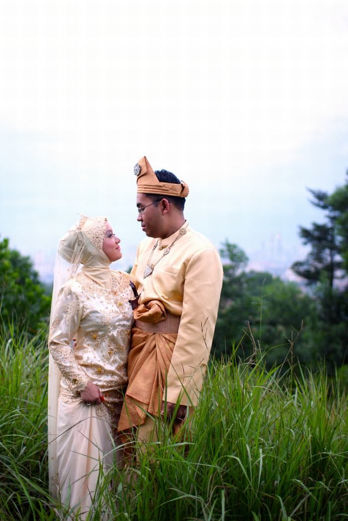 Malasia: Both the bride when the groom wear a traditional dress of the country, made with a tissue called songket.
