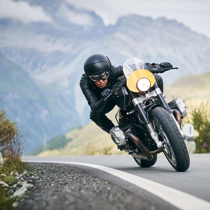 Sabine Holbrook Cafe Racer Girl and BMW R nineT by Officine Sbranneti - Photo by Eric Schmid's photographs #motorcyclesgirls #chicasmoteras | caferacerpasion.com