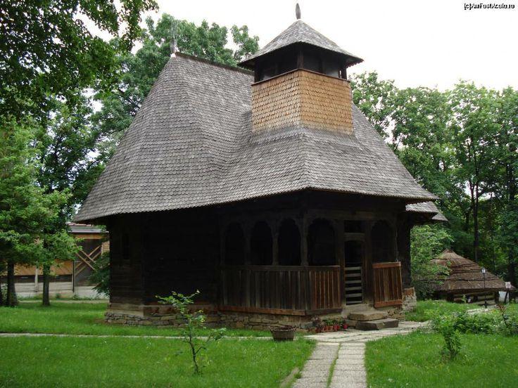 Biserică din satul Răpciuni, judeţul Neamţ a fost adusă în muzeu în anul 1958, cand localitatea Răpciuni a fost strămutată ca urmare a amenajării lacului de acumulare Bicaz. Biserica a fost construită în anul 1773, în vremea voievodului Grigore Ghica, dată crestată în lemn cu caractere chirilice pe ancadramentul uşii.