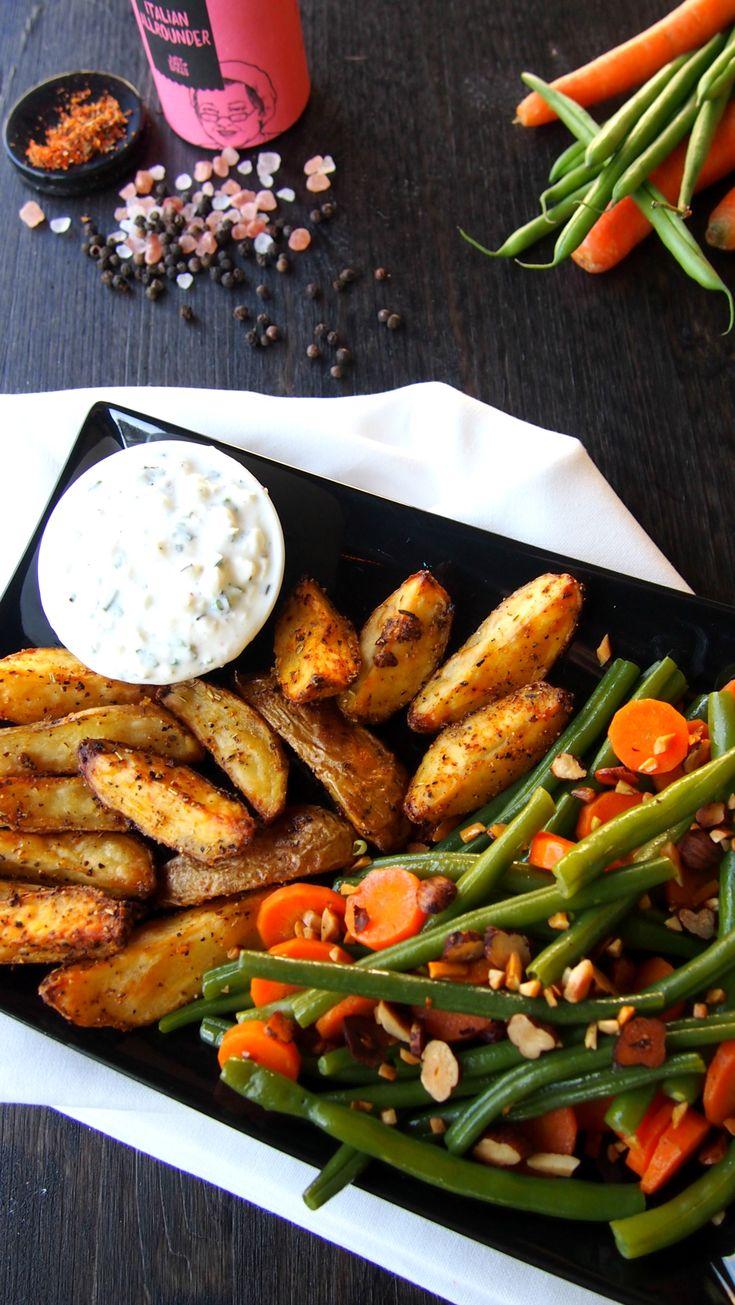 Kartoffel Wedges mit Fisolen, gerösteten Nüssen, Karotten und einer Soße aus Cottage Cheese und Joghurt