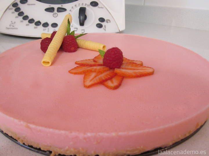 Tarta de Petit Suisse de Fresa Thermomix: una tarta super-rápida que gusta mucho a los niños y mayores. Prueba también con otros sabores de petit suisse..