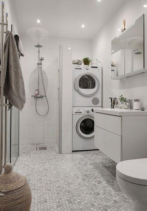 Ba o amplio con suelo de azulejo decorado y ducha amplia - Ducha sin plato ...