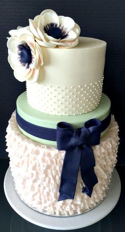 Bolo de casamento com texturas, flores de açúcar e laço.