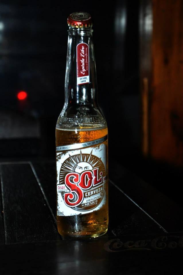 """A cerveja aparentemente foi criada em uma ensolarada manhã de 1899, em uma cervejaria mexicana chamada """"El Salto de Agua"""". Os raios de sol que surgiram no horizonte formaram uma espécie de leque lu..."""