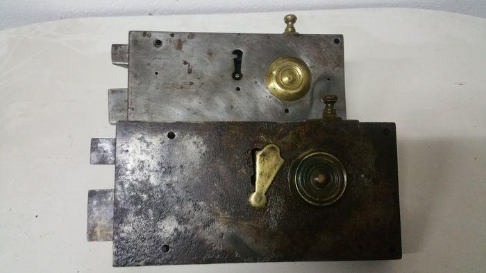 Online veilinghuis Catawiki: Twee antieke ijzer en koperen deursloten - zonder sleutels