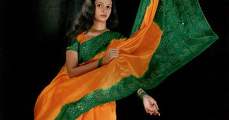 Como fazer saris. Existem alguns registros históricos pertinentes ao sari, também conhecido como saree, dhoti ou lungi. De acordo com o website Puja, um dos primeiros registros de um pano cobrindo o corpo inteiro data de 100 anos a.C. Um sari consiste de um retângulo de tecido, normalmente de algodão, seda ou chiffon, de aproximadamente cinco metros de comprimento ...
