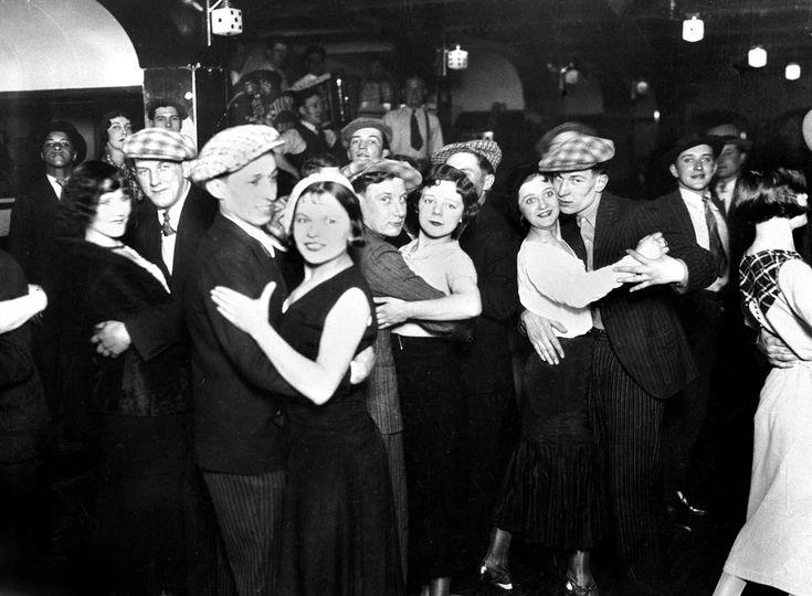 Le bal musette de La Java qui se situait au 105, rue du Faubourg-du-Temple, dans les années 30. #Paris #France
