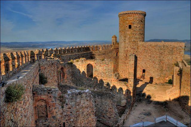 Castillo de Puebla de Alcocer (Puebla de Alcocer - Badajoz): Destaca en este castillo la exagerada altura de la Torre del Homenaje, de planta cilíndrica.